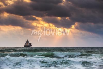 Fotomural Sol en el mar con buque de carga de vela