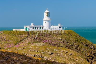 Fotomural Strumble Head y el faro de 1908 en la costa de Pembrokeshire