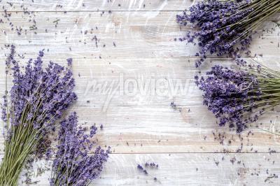 Fotomural Diseño de lavanda en seco con bouquet en maqueta de vista superior de fondo de madera