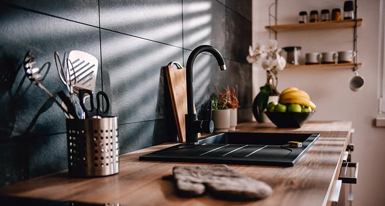 Agrega accesorios negros para la cocina para refrescar tu interior en una tarde