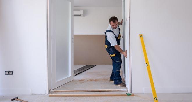 ¿Cómo instalar el marco de una puerta? ¡Esto se puede hacer sin la ayuda de un profesional!